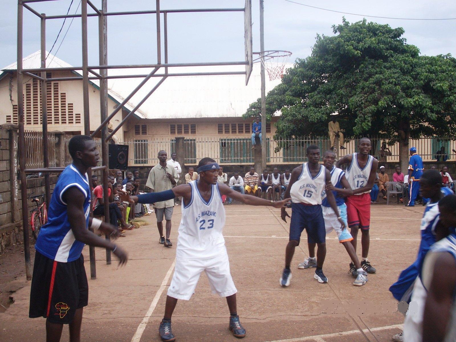 Yassir Arafat (23) défend sur Senapay Lionel, Grebongo (12) Johan se place au rebond