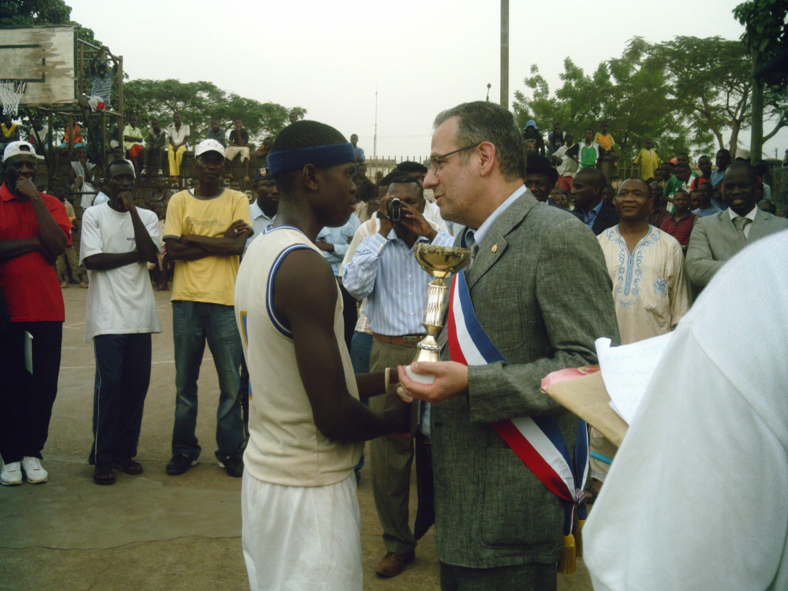 Jean Vincent Valliès et le capitaine de l'équipe ASOPT