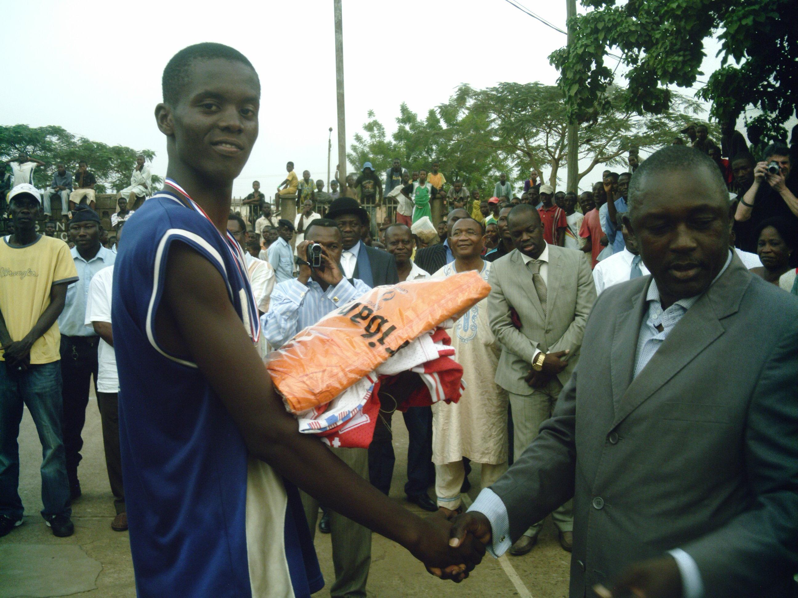 Anthime Goumba, representant le Ministre de la Jeunesse et des sports et Johan Grebongo de l'AS.MAZANGA