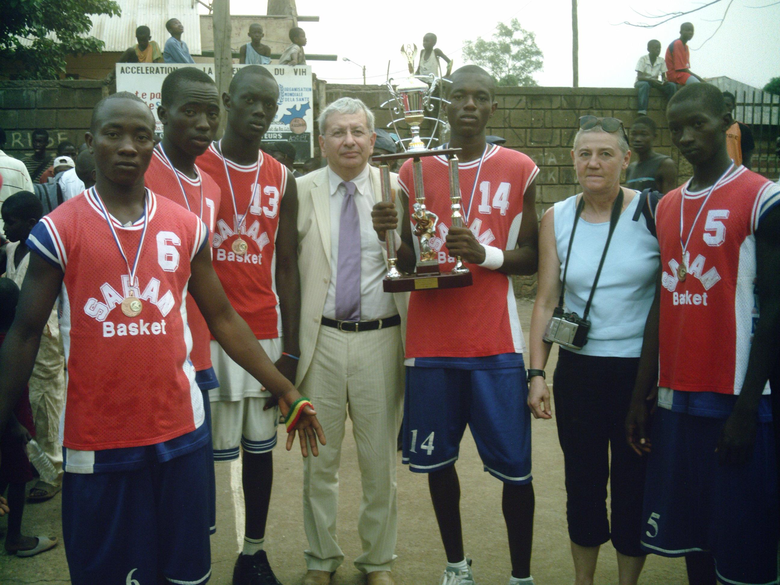 Remy Rabillard Adjoint au Maire de la ville de Checy et les jeunes vainqueurs